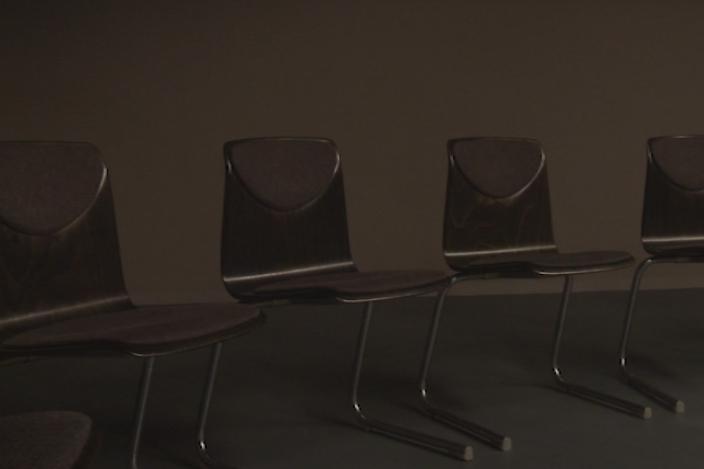 schwarze Stühle in einem dunklen Raum